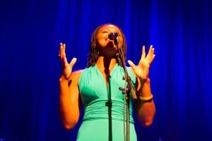 Lizz Wright med sjelfull sang i Bjørnsonhuset fredag.  foto: Camilla Grünewald