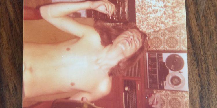 Portrett av forfatteren som ung mann. I bakgrunnen Tandberg spolebåndspiller og stereokabinett med jazz