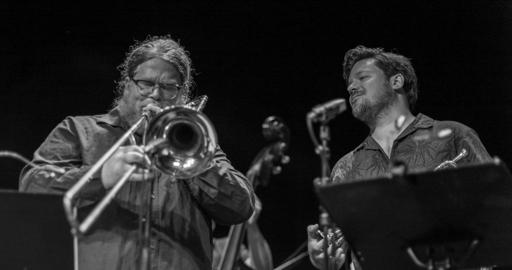 Demonstrasjon av korrekt lyttemodus under trombonesolo. Foto: Kjetil Valstadsve